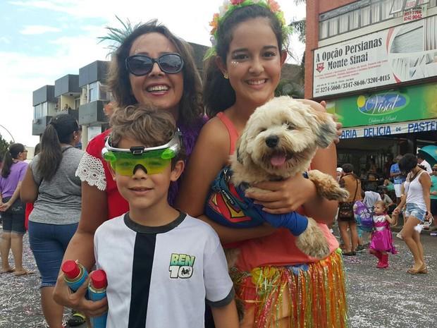 A professora Cinara Barbosa curtiu a folia no centro de Brasília junto com os filhos e do cão Toddy (Foto: Raquel Morais/G1)