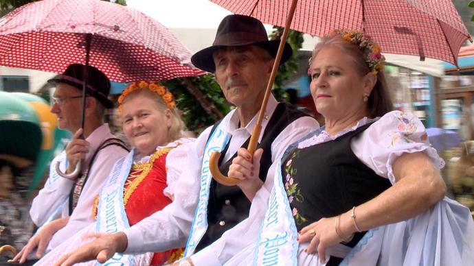 Desfile Histórico, na Festa Cultural Pomerana, acontece mesmo debaixo de chuva (Foto: Divulgação/ TV Gazeta ES)