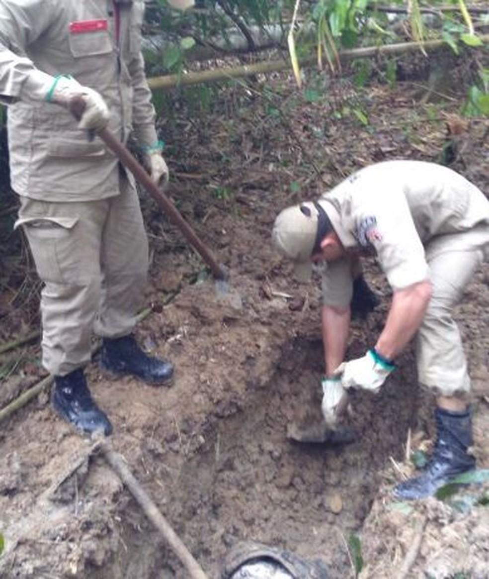 Corpos estavam enterrados em um cova no Ramal do Mutum  (Foto: Divulgação/Corpo de Bombeiros )