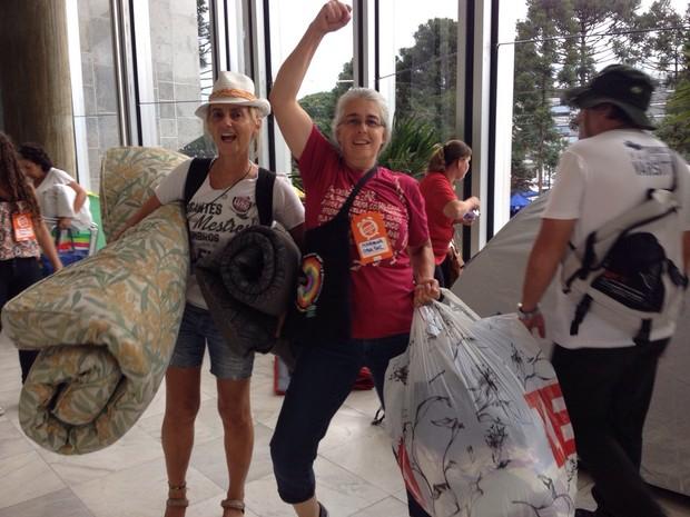Manifestante comemora recuo do Governo do Paraná em relação ao 'pacotaço' (Foto: Sabrina Coelho/ G1)