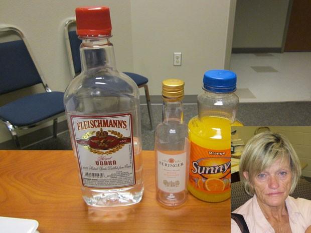 Professora bêbada é flagrada com bebidas alcoólicas na bolsa nos EUA