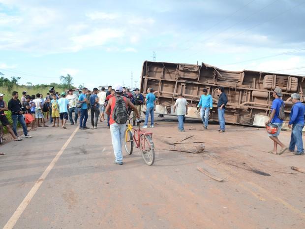 Ônibus tombou e a BR-163 163 precisou ser interditada nesta quinta-feira (Foto: Adonias Silva/G1)
