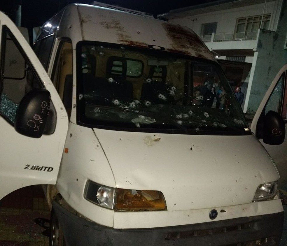 Van onde estava Carlos Lofredo foi atingida por vários disparos durante tiroteio entre criminosos e policiais civis (Foto: Divulgação)