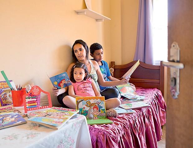 ATITUDES Tatiane com seus dois filhos, em casa, no Rio de Janeiro. Ela lê em voz alta para a mais nova e conversa sobre o futuro com o mais velho (Foto: Pedro Farina/ÉPOCA)