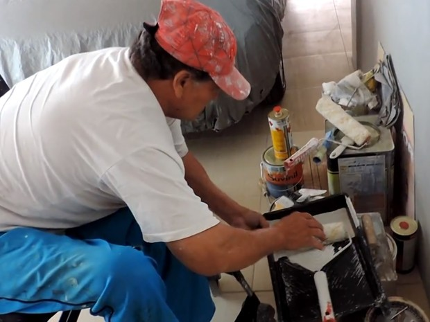 Deficiência causada por um tiro não o impediu de continuar trabalhando (Foto: Luiz Ferreira/G1)