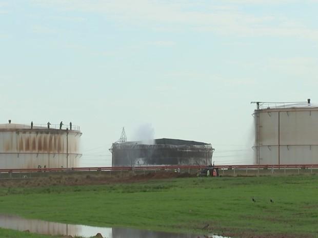 Tanque ficou destruído com o incêndio que durou um dia (Foto: Reprodução / TV TEM)