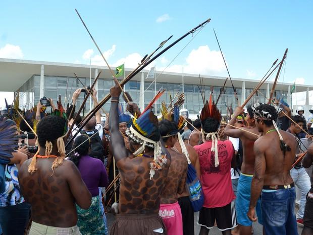 índios protestam Planalto 01 (Foto: Renato Costa/Frame/Estadão Conteúdo)