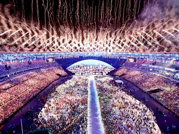 Fogos de artifício explodem durante abertura dos Jogos Olímpicos Rio 2016