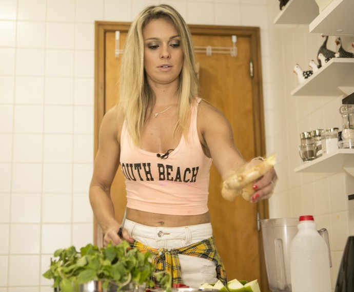 Carol mostra habilidade na cozinha (Foto: Inácio Moraes/Gshow)