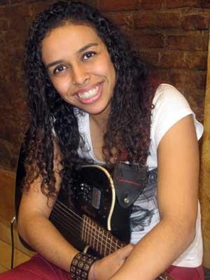 Cantora recorre aos amigos para poder gravar vídeo para participar da SP Exposamba.  (Foto: Elaine Almeida / G1)