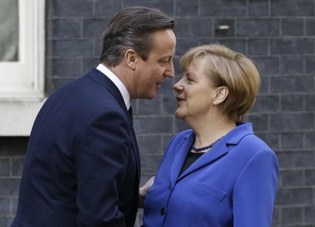 O premiê britânico, David Cameron, e a chanceler alemã, Angela Merkel, encontram-se nesta quinta-feira (27) em Downing Street, em Londres (Foto: Kirsty Wigglesworth/AP)