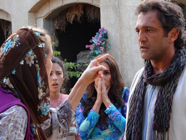 Na pressão! Zyah aceita casar com Ayla (Foto: Salve Jorge/TV Globo)