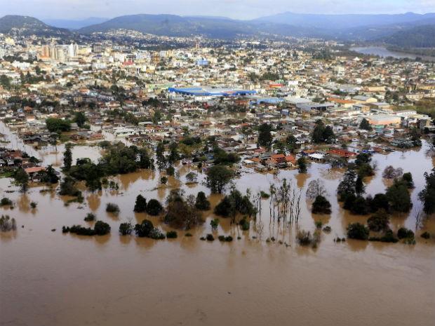 Foto aérea mostra União da Vitória tomada por enchente na terça-feira (9) (Foto: Arnaldo Alves / ANPr)