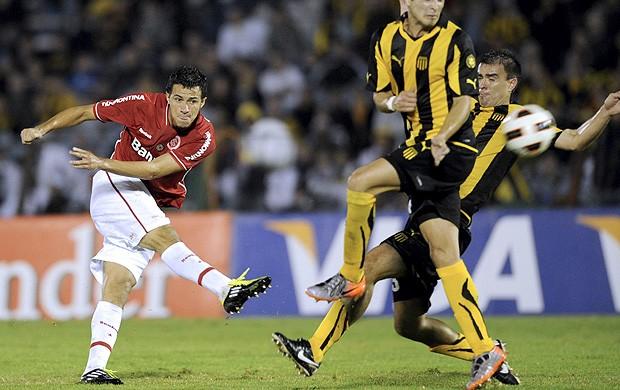Leandro Damião internacional x Peñarol (Foto: AFP)