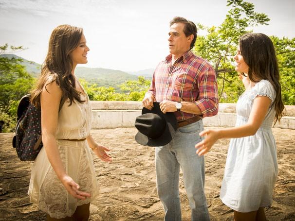 Bruna Marquezine, Oscar Magrini e Julia Dalavia conversam em um intervalo de gravação da novela Em Família, em Goiás Velho (Foto: João Cotta / Rede Globo)