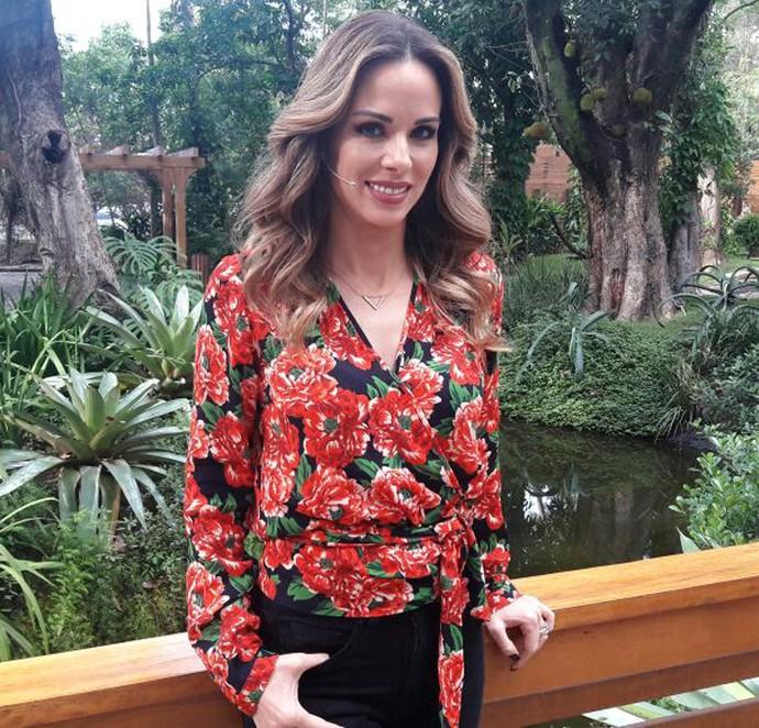 Detalhe na amarração da blusa floral de Ana Furtado (Foto: Larissa Moggi/Gshow)