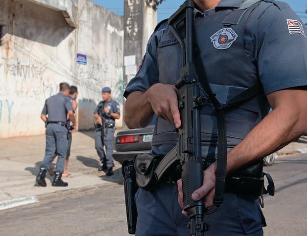 OCUPAÇÃO Policiais militares durante ação na favela de Paraisópolis, na Zona Sul paulistana. O governo decidiu agir após o assassinato de dezenas de PMs    (Foto: Diogo Moreira/Frame/Folhapress)