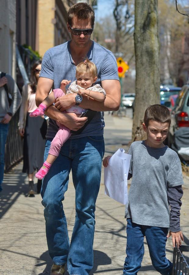 Tom Brady com Vivian e John, filho do jogador (Foto: Grosby Group)