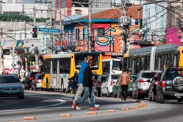 Pedestres atravessam fora da faixa na avenida Marechal Tito, na zona leste de São Paulo (Foto: Marcelo Brandt/G1)