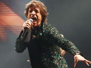Mick Jagger e os Rolling Stones se apresentam no palco Pyramid do festival de Glastonbury (Foto: Reuters)