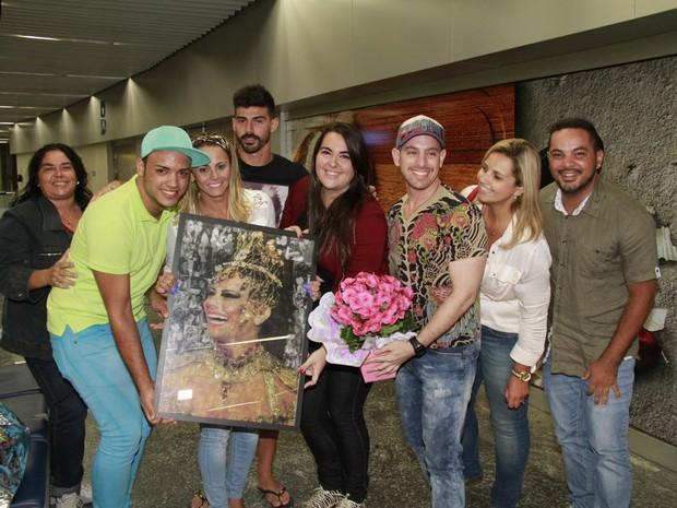 Viviane Araújo com o noivo, Radamés, e com fãs no aeroporto Tom Jobim, na Zona Norte do Rio (Foto: Isac Luz/ EGO)
