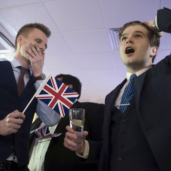 Apoiadores da saída do Reino Unido, Brexit, comemoram o resultado no centro de Londres  (Foto: ASSOCIATED PRESSAP)
