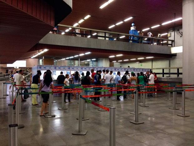 Usuários que deixaram para comprar bilhete do metrô para o réveillon enfrentam fila na estação Carioca (Foto: Káthia Mello/ G1)