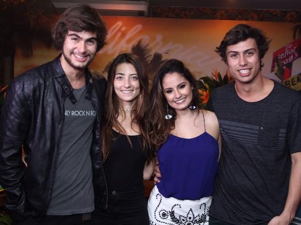 Rafael Vitti e a namorada, Julia Oristanio, e Francisco Vitti com Amanda de Godoi em festa na Zona Oeste do Rio (Foto: Anderson Borde/ Ag. News)