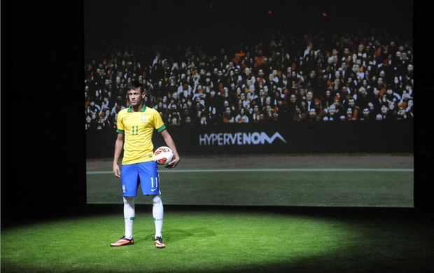 Neymar chuteira lançamento (Foto: André Durão / Globoesporte.com)