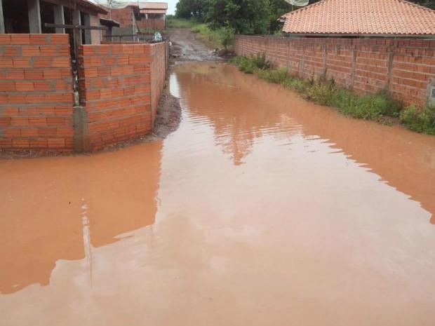 Ruas ficaram alagadas após dias de chuva (Foto: Carlos Alberto Soares/ TV TEM)