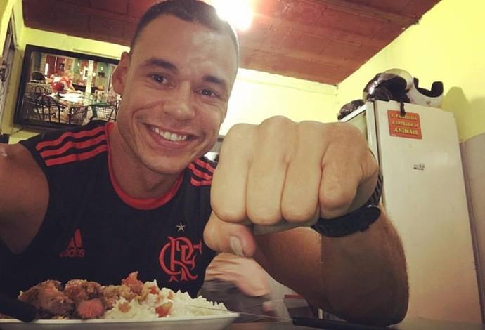 Descrição da imagem: Caio Ribeiro vestindo a camisa do Flamengo (Foto: Reprodução / Facebook)