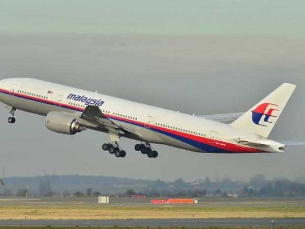 Imagem de arquivo mostra o Boeing 777-200ER saindo o aeroporto Roissy-Charles de Gaulle, em 26 de dezembro de 2011. O avião está desaparecido no Golfo da Tailândia (Foto: Laurent Errera / AP Photo)