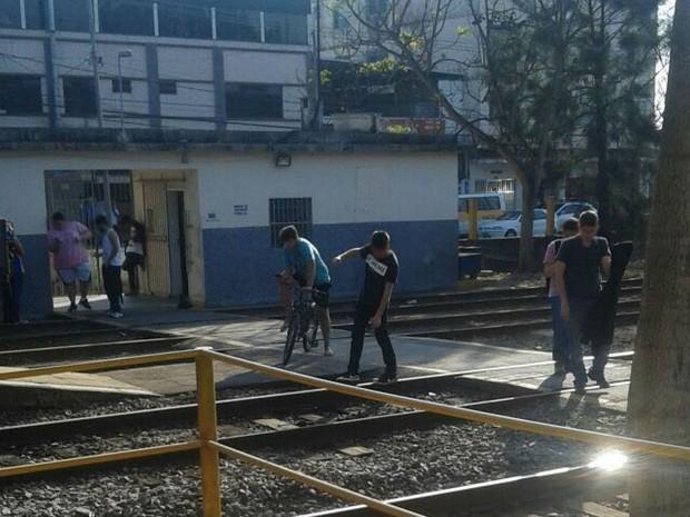 Funcionários flagraram jovens jogando Pokémon Go na linha férrea em Juiz de Fora (Foto: MRS Logística/Divulgação)