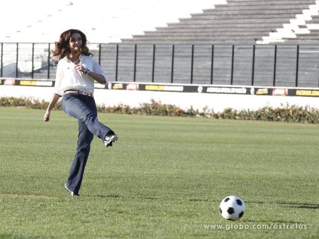 Fátima realiza sua cobrança de pênaltis (Foto: Estrelas/TV Globo)