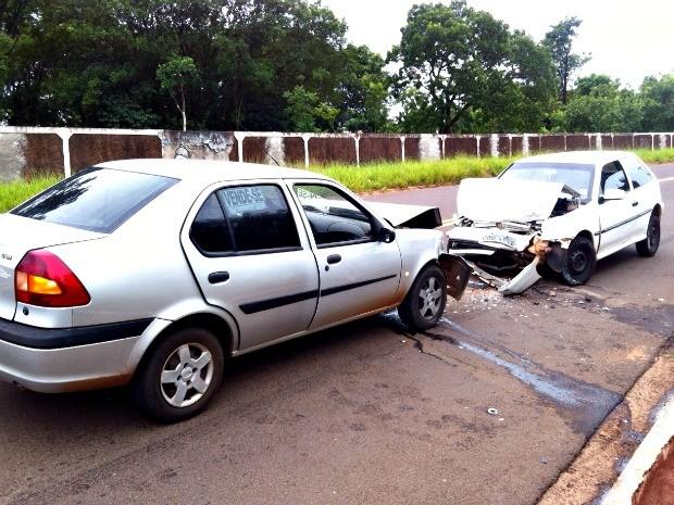 Motorista trafegava na contramão e bateu de frente com outro veículo em Campo Grande. (Foto: Edson Ferraz/ TV Morena)