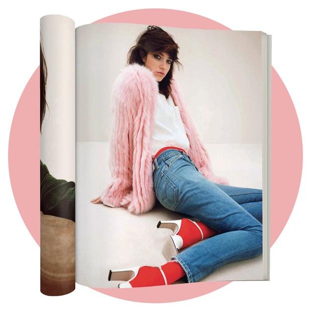 Jeans Re/Done usado com meia-calça em editorial da Vogue Japão de junho (Foto: Tom Munro/Reprodução Vogue Itália P. 108 e Divulgação)