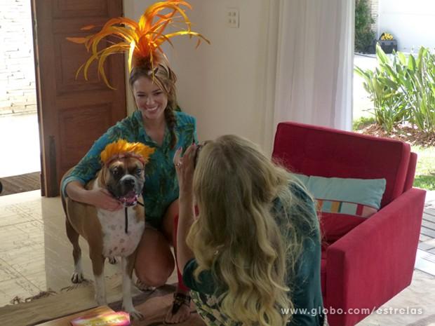 Angélica tira fotos divertidas de Paolla e seu cachorro (Foto: Estrelas/TV Globo)
