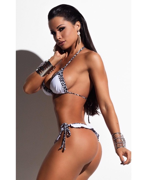 Fernanda D'avila posa 'de ladinho' e mostra a silhueta de biquíni