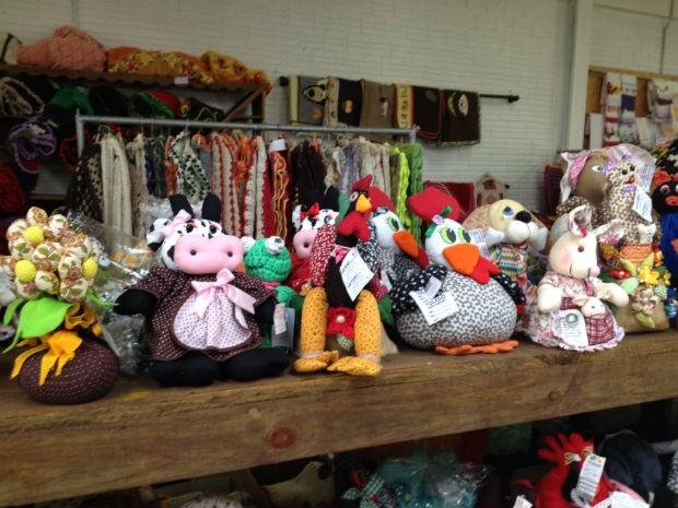 Artesanatos à venda no evento são feitos por artesãos e agricultoras (Foto: Franciele John/ G1)