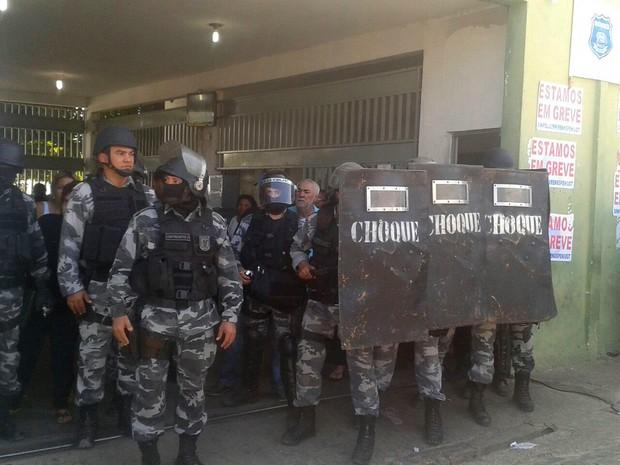 Tropa de choque da PM faz barreira no portão principal da Casa de Custódia (Foto: Gustavo Almeida/G1)