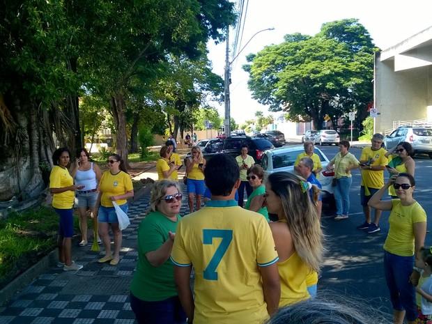 Em Pirajuí, manifestantes se reuniram na Praça Pedro Rocha Braga  (Foto: Sheila Pfeifer Franco/ Arquivo pessoal )