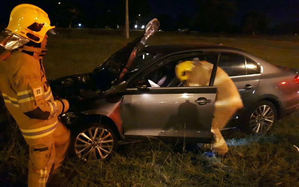 Carro que provocou acidente que matou mãe e filho em Brasília abandonou o carro após colisão (Foto: Corpo de Bombeiros/Divulgação)