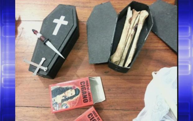 Ossos e drogas seriam usados em ritual de magia negra, segundo a PM (Foto: Reprodução: Amapá TV)