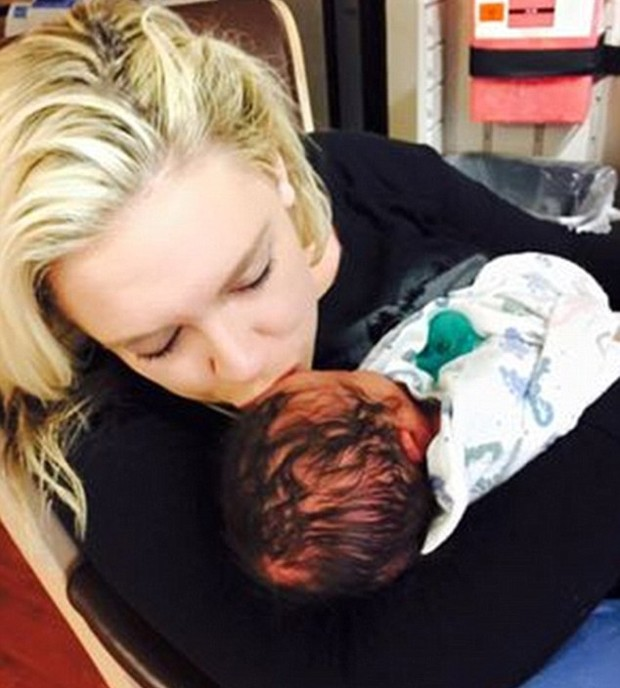 Kayley Gable e o filho (Foto: Reprodução)