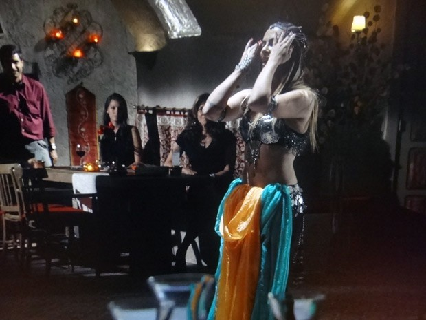 Bianca mostra que aprendeu direitinho a dança dos véus (Foto: Salve Jorge/TV Globo)