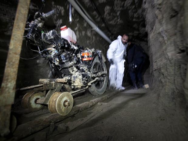 Uma moto adaptada a um trilho é fotografada no túnel usado por 'El Chapo' em sua fuga da prisão de segurança máxima Altiplano, em Almoloya, no México (Foto: AP Photo/Marco Ugarte )
