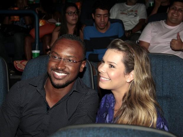 Fernanda Souza e Thiaguinho na estreia do filme Muita Calma Nessa Hora 2 (Foto: Isac Luz / EGO)