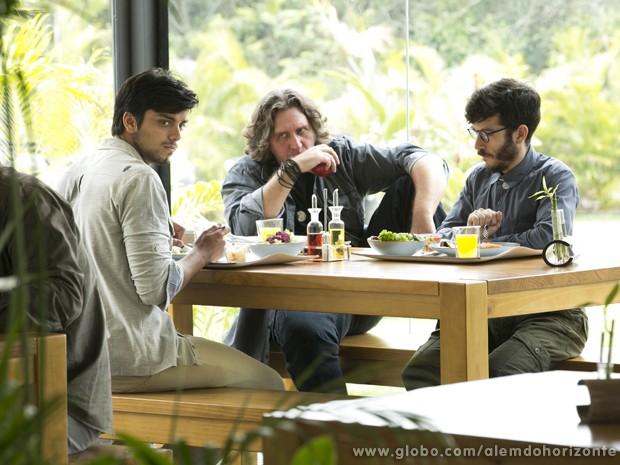 Marlon fica sem graça diante dos novos colegas (Foto: Felipe Monteiro/TV Globo)