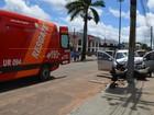 Motorista atravessa canteiro e bate em poste de avenida em Vilhena, RO