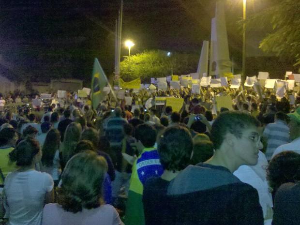 População saiu às ruas da cidade para manifestação na noite desta sexta-feira (Foto: Samuel Sernaglia Calório/Arquivo pessoal)